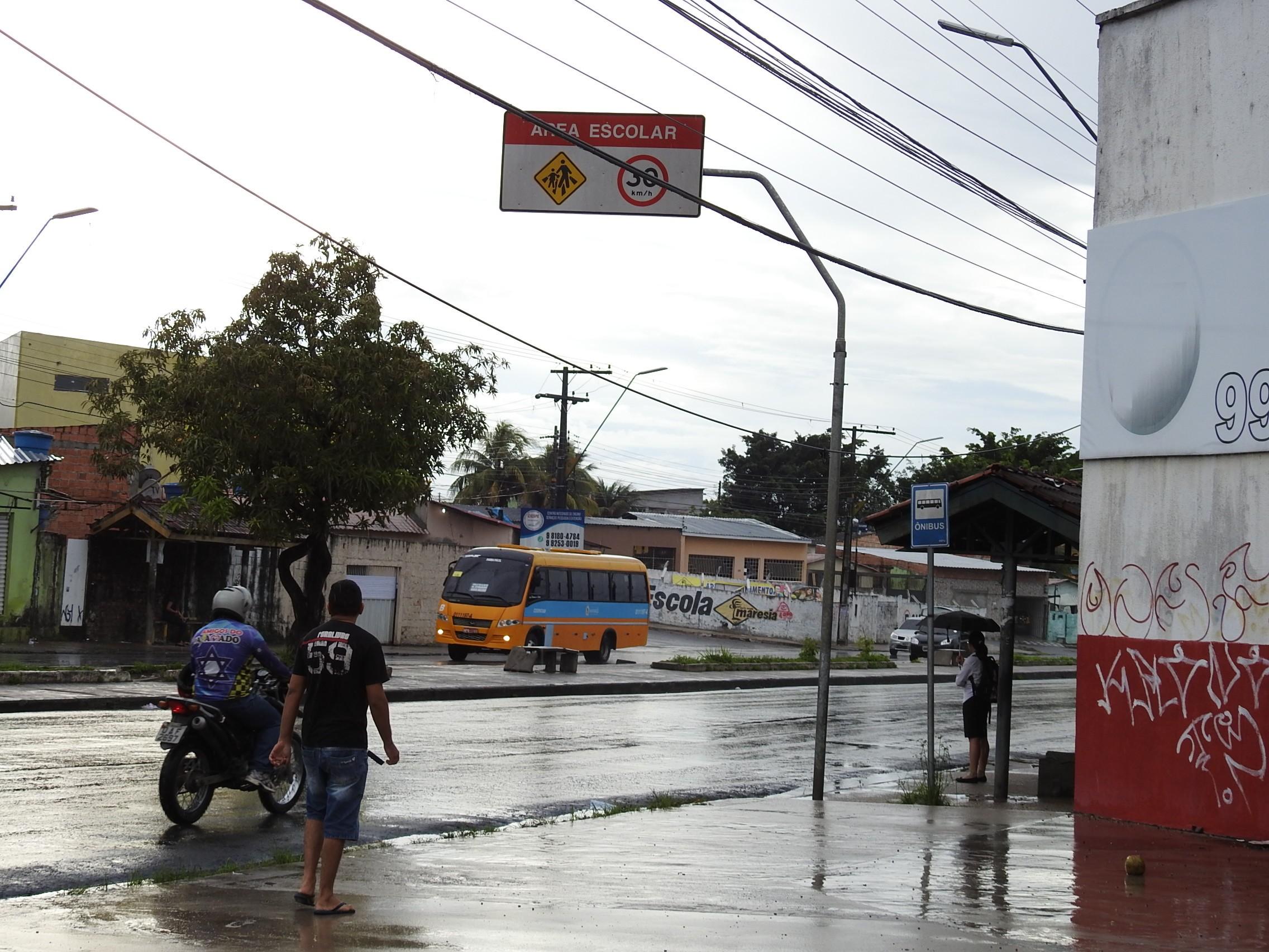 Suspeito de assalto é baleado e outro atropelado durante roubo em ponto de ônibus, em Manaus