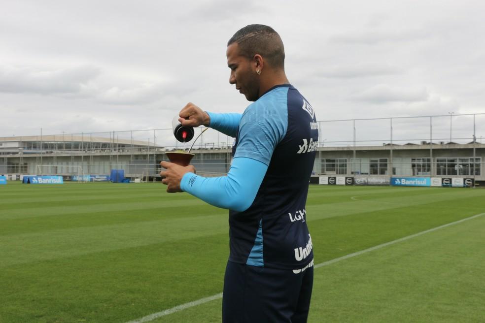 Jael prepara o chimarrão no CT Presidente Luiz Carvalho — Foto: Tomás Hammes/GloboEsporte.com
