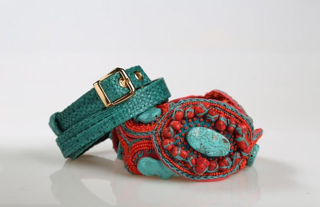 Cinto com miçangas coral e turquesa da Maria Mendes (R$450) e cinto fino de palha verde da Vig (R$130) (Foto: Paula Giolito)