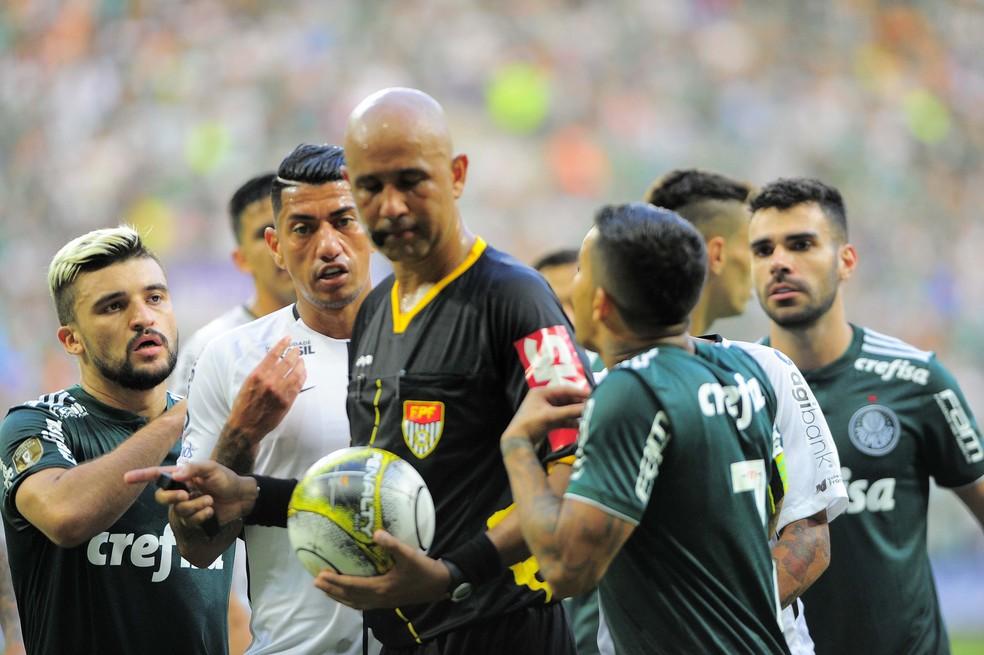 Jogadores do Palmeiras reclamam com árbitro Marcelo Aparecido Ribeiro de Souza (Foto: Marcos Ribolli)