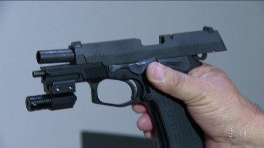 Pistola achada na casa de Flordelis foi usada na morte de pastor, diz perícia