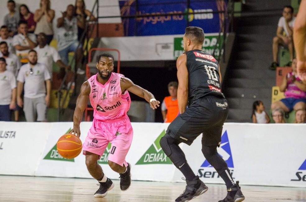 Anthony e Coelho fizeram um duelo particular, com vantagem para o norte-americano (Foto: Victor Lira / Sendi Bauru Basket)