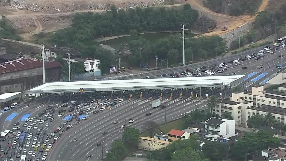 Linha Amarela apresentou trânsito pesado no sentido Centro já na praça de pedágio — Foto: Reprodução/TV Globo