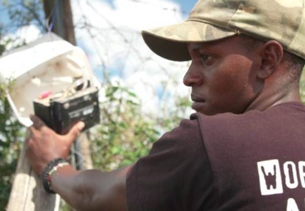 Richard desenvolveu as luzes que mantém os leões distantes do gado e também faz a manutenção do sistema (Foto: BBC)