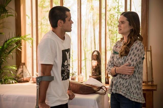 Téo (Felipe Simas) e Luna (Juliana Paiva) em 'Salve-se quem puder' (Foto: TV Globo)