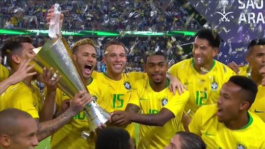 Neymar ergue o troféu da vitória no Super Clássico com a Argentina