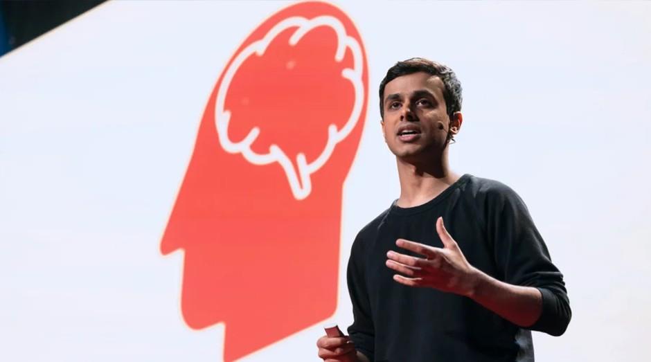 Arnav Kapur, criador do AlterEgo, fala sobre seu invento na TED. (Foto: TED)