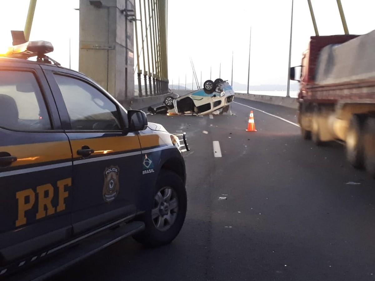 Colisão seguida de capotamento na Ponte Anita Garibaldi deixa três feridos - G1