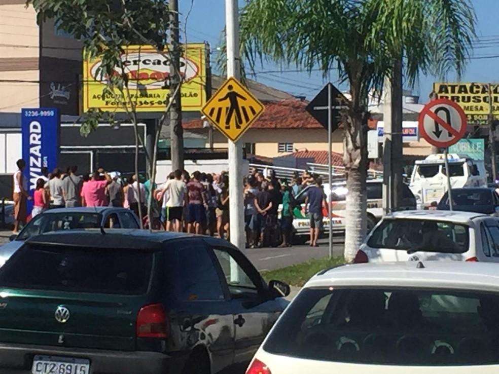 Troca de tiros gerou tumulto no bairro Ingleses  — Foto: Mayara Vieira/NSC TV