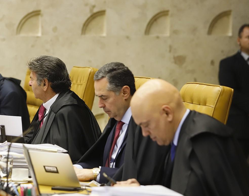 O ministro Luís Roberto Barroso, entre os ministros Luiz Fux e Alexandre de Moraes, durante sessão do STF nesta quinta-feira (3) — Foto: Rosinei Coutinho/STF