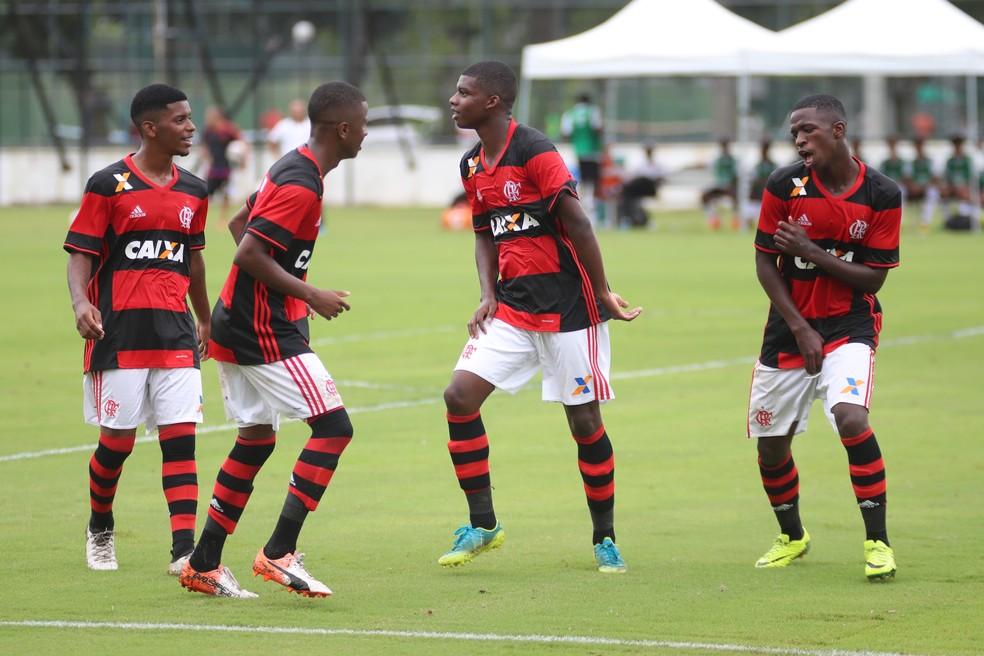 Lincoln e Vinicius Junior, à direita, dançam e mostram entrosamento na base do Flamengo. Eles são amigos fora de campo (Foto: Gilvan de Souza/Flamengo)
