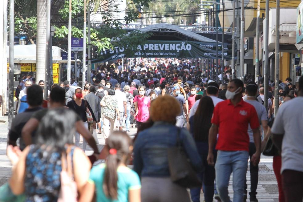 Movimentação intensa de pessoas no centro de Campinas, interior paulista, nesta sábado, véspera do Dia dos Pais e primeiro dia da cidade na fase amarela do Plano São Paulo, para conter a disseminação do coronavírus (Covid-19) — Foto: Luciano Claudino/Código19/Estadão Conteúdo