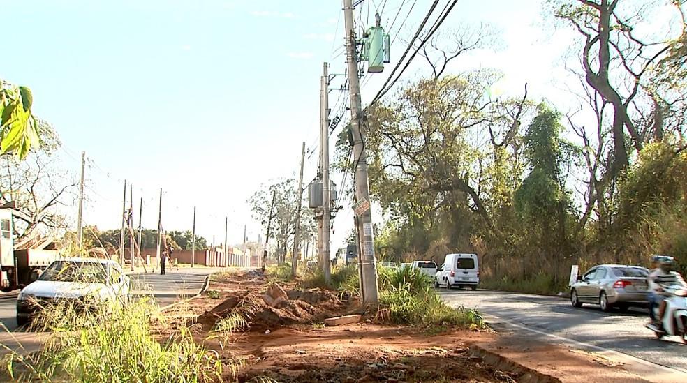 Construtora Prime diz que depende de retirada de postes para continuar obras na Avenida Antônia Mugnatto Marincek (Foto: Paulo Souza/EPTV)