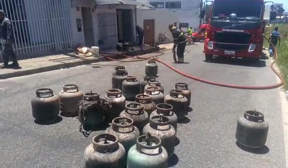 Os bombeiros encontraram cerca de 21 botijões de gás nos fundos da fábrica — Foto: Corpo de Bombeiros