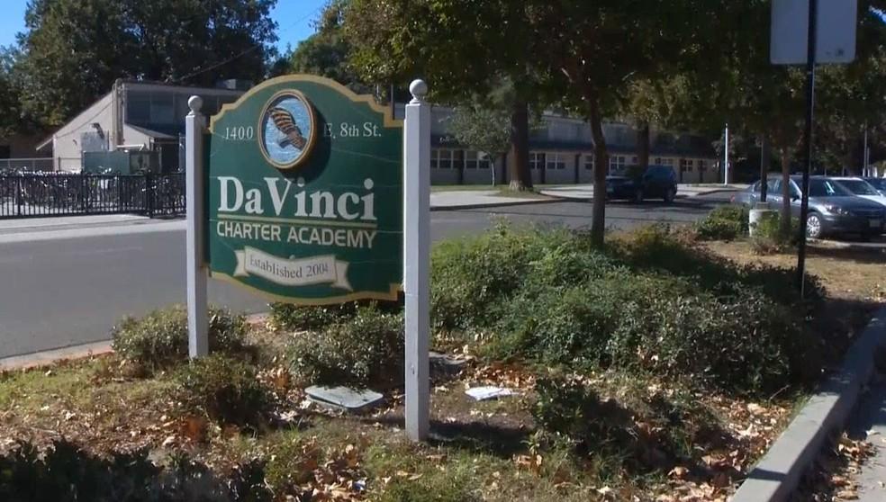 Entrada da escola Da Vinci, em Davis, onde polícia investiga relatos de que alunas levaram biscoitos feitos com cinzas de avó de uma delas — Foto: Reprodução/ NBC