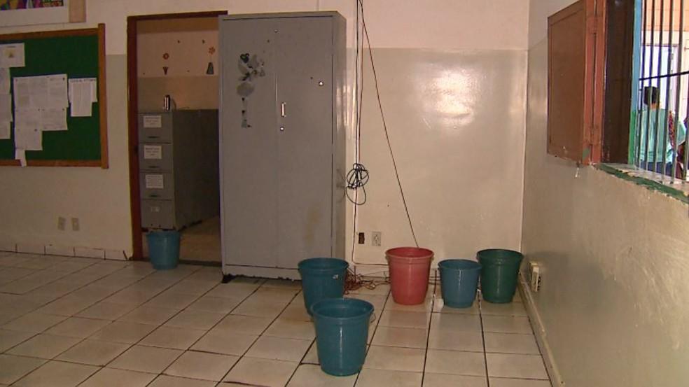 Alunos foram dispensados para limpeza de salas alagadas em Porto Ferreira — Foto: Felipe Lazzarotto/EPTV