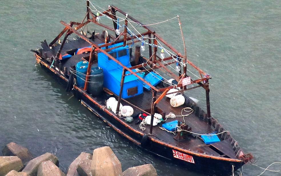-  Barco de madeira, que transportava oito homens que disseram ser pescadores norte-coreanos, é visto perto de Yurihonjo, em Akita, no Japão, em 24 de n