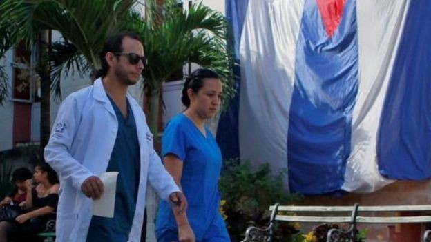 Hoje, das 18.240 vagas do Mais Médicos, 8.332 são ocupadas por cubanos (Foto: EPA via BBC)