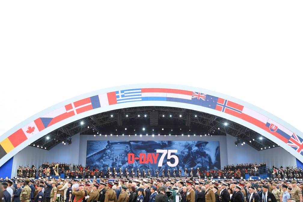 """Integrantes das Forças Armadas britânicas fizeram homenagem aos 75 anos do """"Dia D"""" em Portsmouth, Inglaterra, nesta quarta-feira (5). — Foto: Toby Melville/Reuters"""