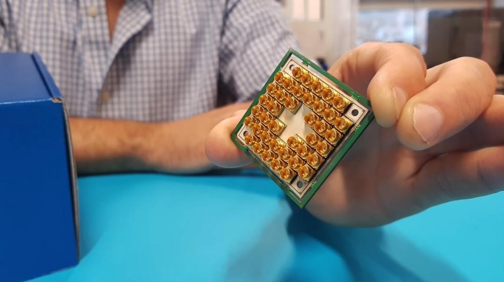 Computadores quânticos usam princípios da física quântica para estabelecer máquinas que podem fazer em segundos o que computadores normais levariam séculos — Foto: Divulgação/Intel