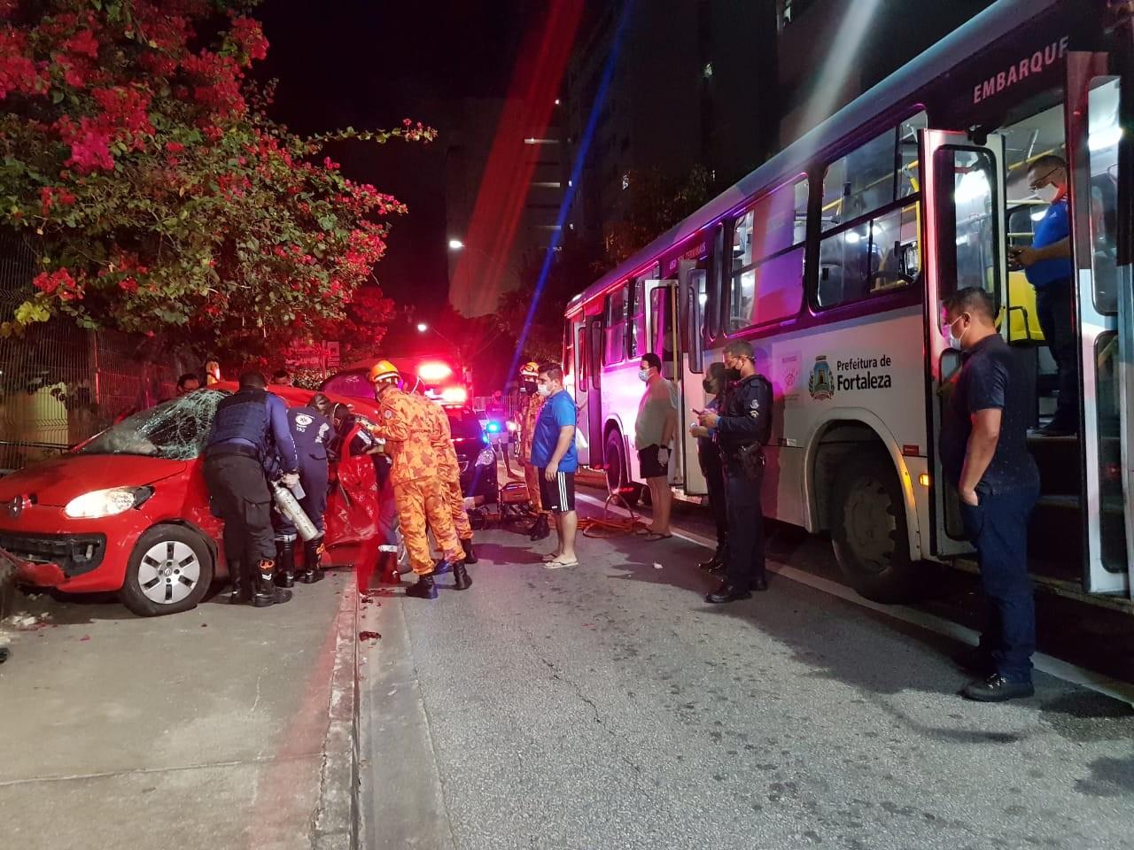 Carro é arrastado por ônibus após colisão em cruzamento de Fortaleza