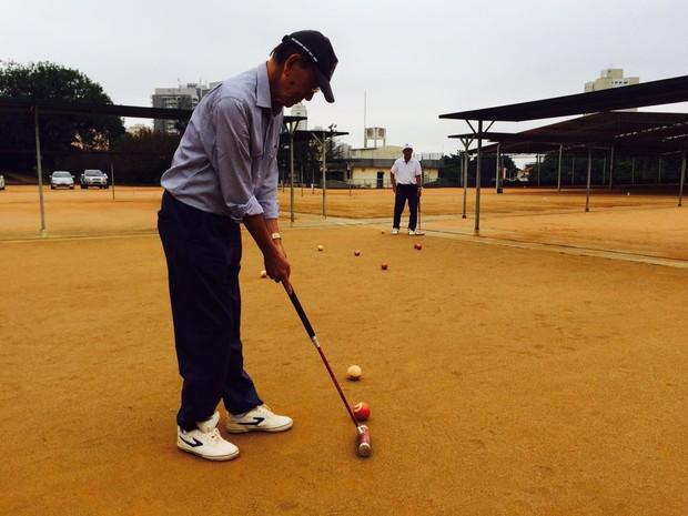 Presidente e vice-presidente da União dos Clubes de Gateball do Brasil praticam esporte no estádio na Subprefeitura do Jabaquara (Foto: Cíntia Acayaba/G1)