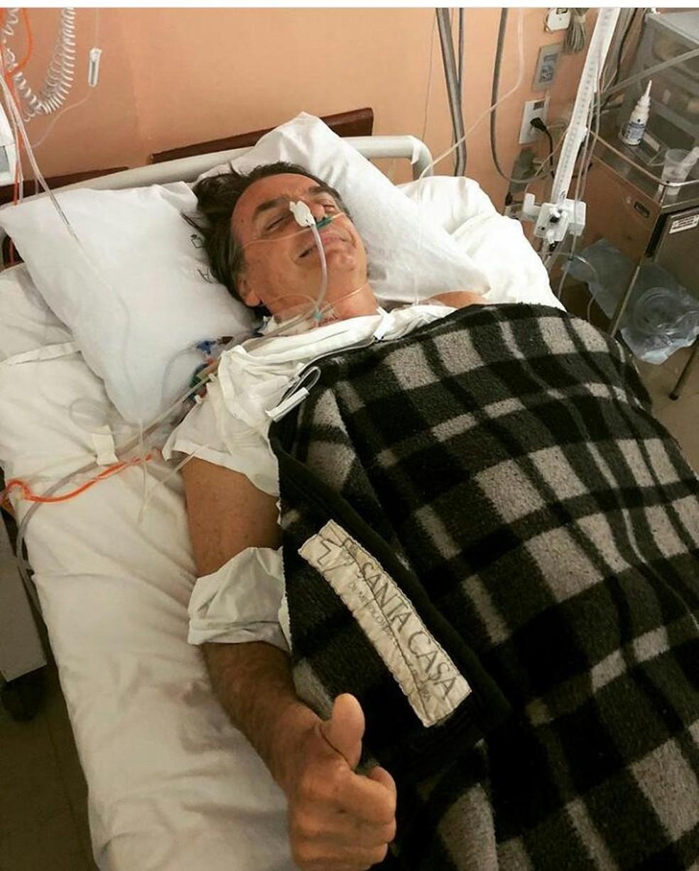 Jair Bolsonaro, candidato do PSL à Presidência, em foto tirada dentro do hospital, após ele ser esfaqueado em Juiz de Fora, MG (Foto: Redes sociais)