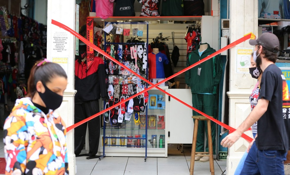 Curitiba voltou para bandeira vermelha e fecha atendimento presencial de restaurantes e comércio até 9 de junho — Foto: Giuliano Gomes/PR Press