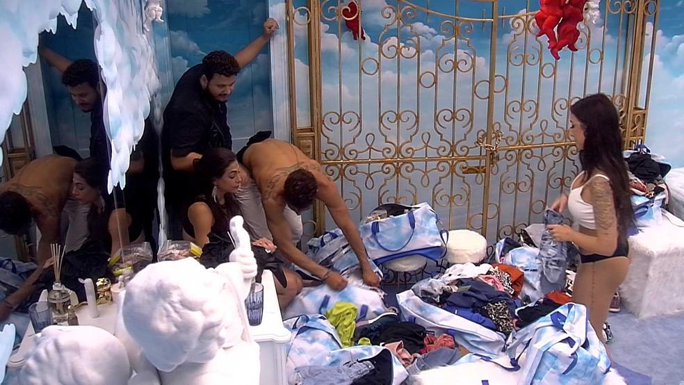 Brothers ajudam a procurar o microfone de Bianca — Foto: Globo