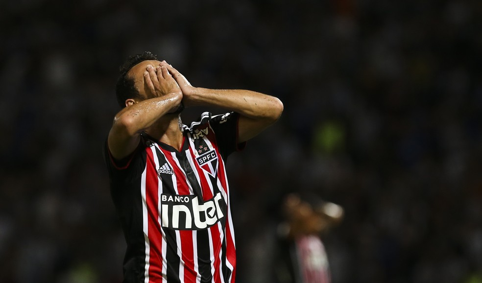 Nenê, substituído no segundo tempo, lamenta lance do São Paulo contra o Talleres — Foto: Agustin Marcarian/Getty Images