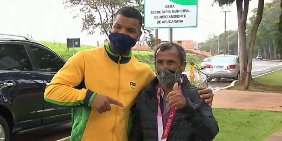 Atleta paralímpico, prata nos jogos de Tóquio, reencontra homem responsável por salvá-lo após acidente com trem — Foto: Reprodução/RPC