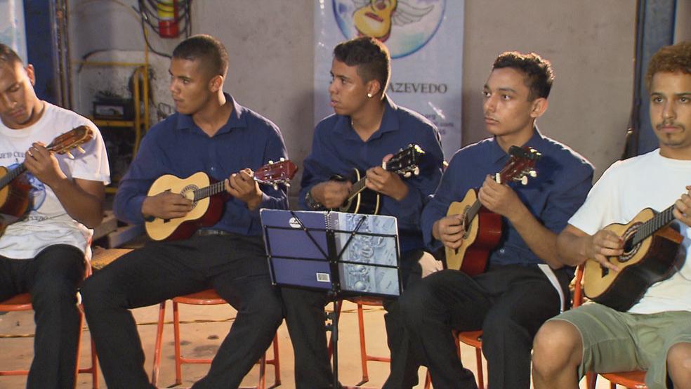 Orquestra de Cavaquinho de Brasília se apresentando (Foto: TV Globo/Reprodução)