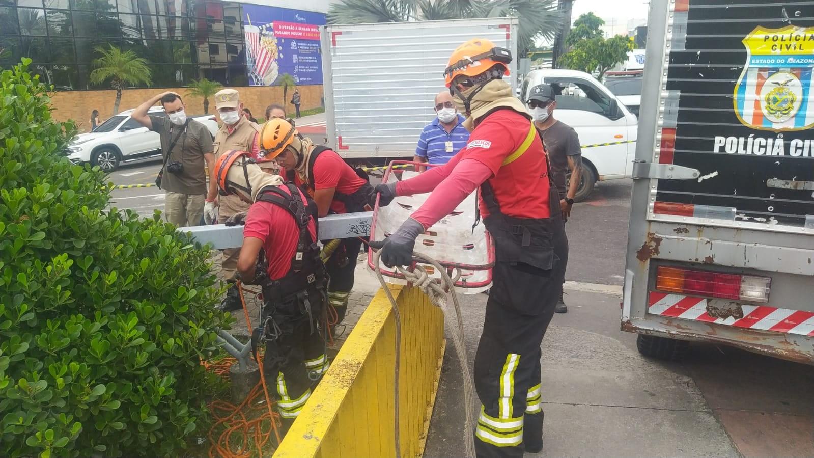 Corpo de homem é encontrado debaixo de ponte na Avenida Constantino Nery, em Manaus