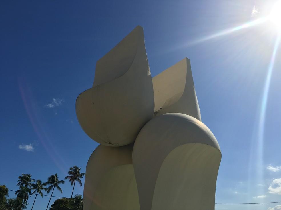 Como era a Fonte da Rampa do Mercado ou Monumento à Cidade do Salvador, de Mário Cravo, no Comércio — Foto: Luana Almeida