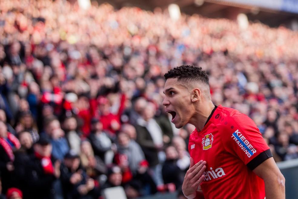 Paulinho Bayer Leverkusen Eintracht Frankfurt — Foto: Rolf Vennenbernd/Getty Images