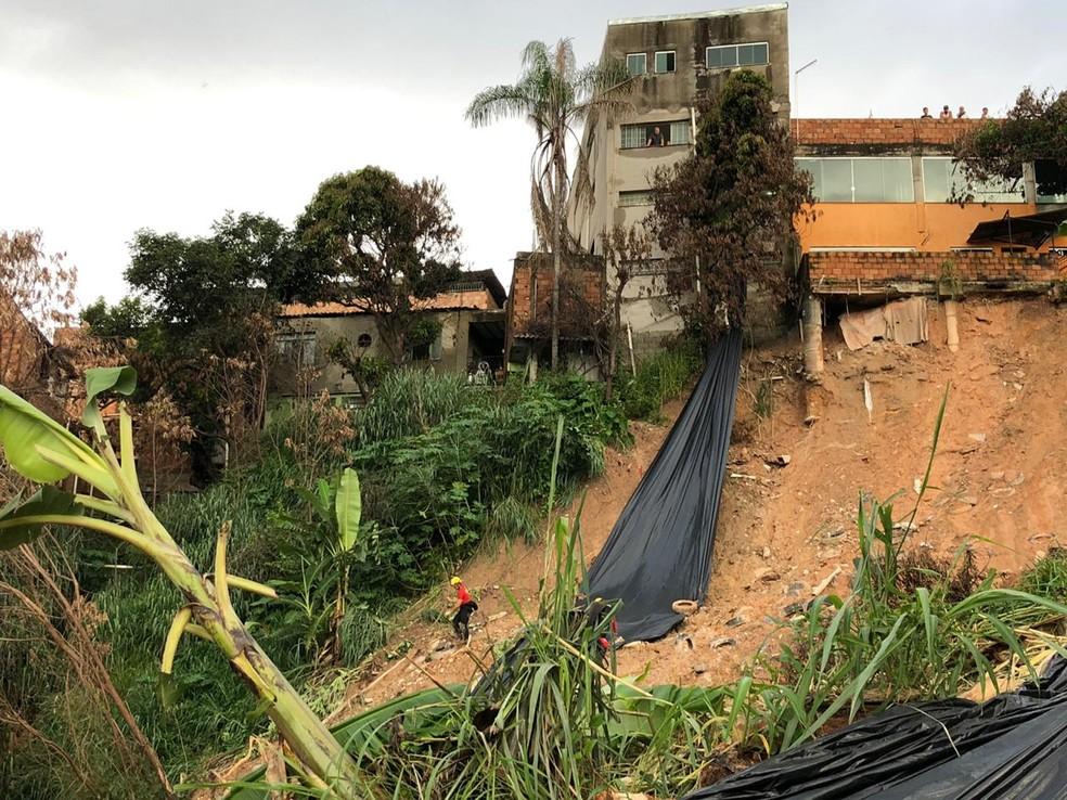 Em Betim, possibilidade de chuva faz bombeiros estenderem lona em barranco. — Foto: Danilo Girundi/TV Globo