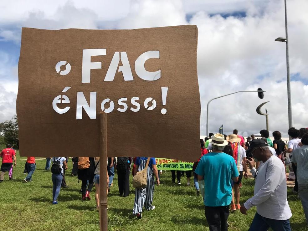 Agente da cultura fazem protesto no DF pela garantia e manutenção do Fundo de Apoio à Cultura (FAC) — Foto: Luiza Garonce/G1