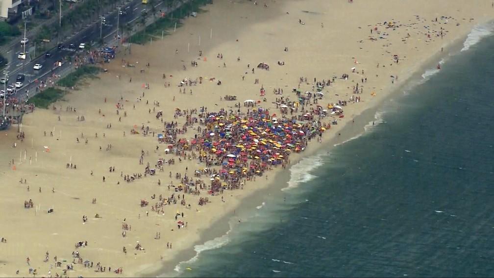 Aglomeração na Praia de Ipanema no fim da tarde desta quinta — Foto: Reprodução/TV Globo