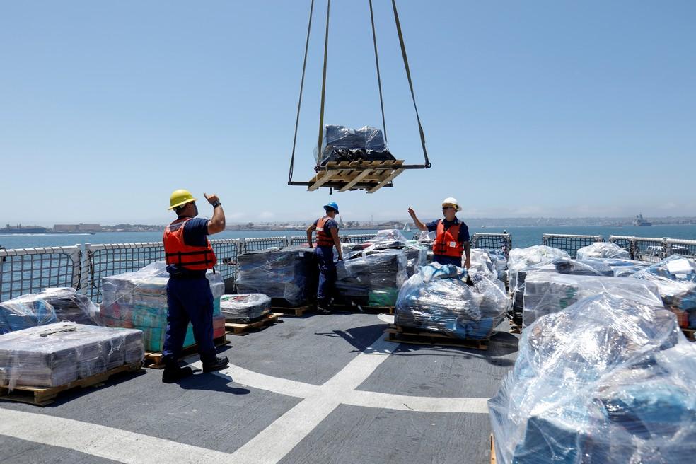 Mais de 13 toneladas de cocaína apreendidas nas costas do México e da América do Sul Central são descarregadas do navio da Guarda Costeira dos EUA, Steadfast, em um porto de San Diego. — Foto: Mike Blake/Reuters