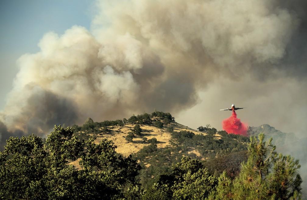 Avião tenta conter chamas em incêndio no norte da Califórnia (Foto: Noah Berger/AP)