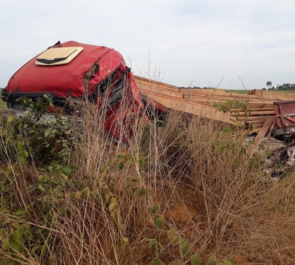 Caminhão saiu da pista após batida em rodovia de MT — Foto: Divulgação