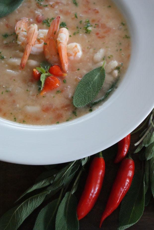 Sopa de feijão branco com camarões  (Foto: Roberta Caldas / divulgação)