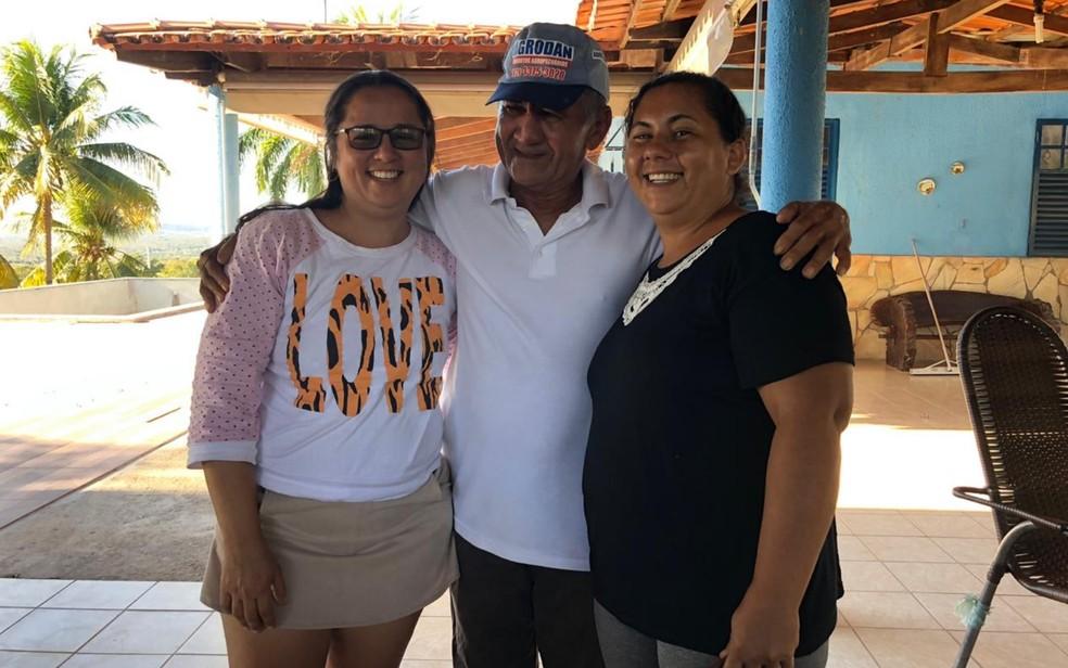 Fabíola Bezerra Gomes, à direita, junto com o pai e a irmã — Foto: Fabíola Bezerra Gomes/Arquivo Pessoal
