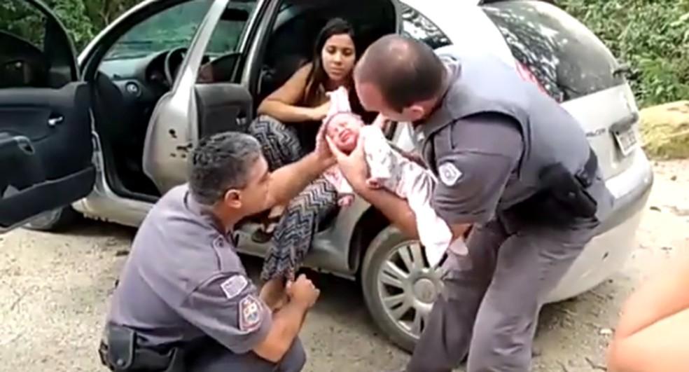 Vídeo mostra resgate de bebê engasgado em São Roque — Foto: Divulgação/Polícia Militar