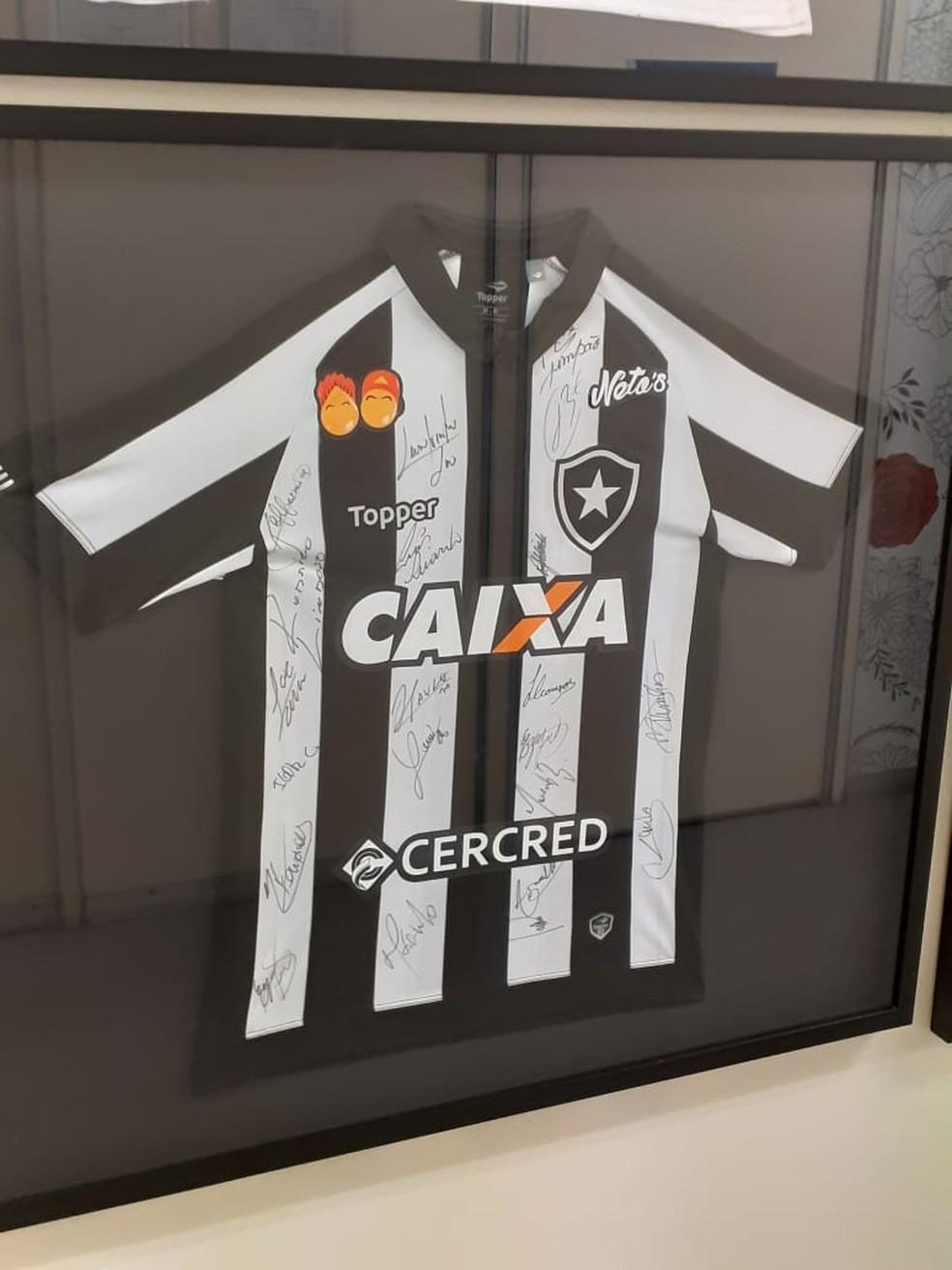 Camisa autografada de 2018 pelos jogadores do Botafogo consta no hall de clubes doadores — Foto: Divulgação
