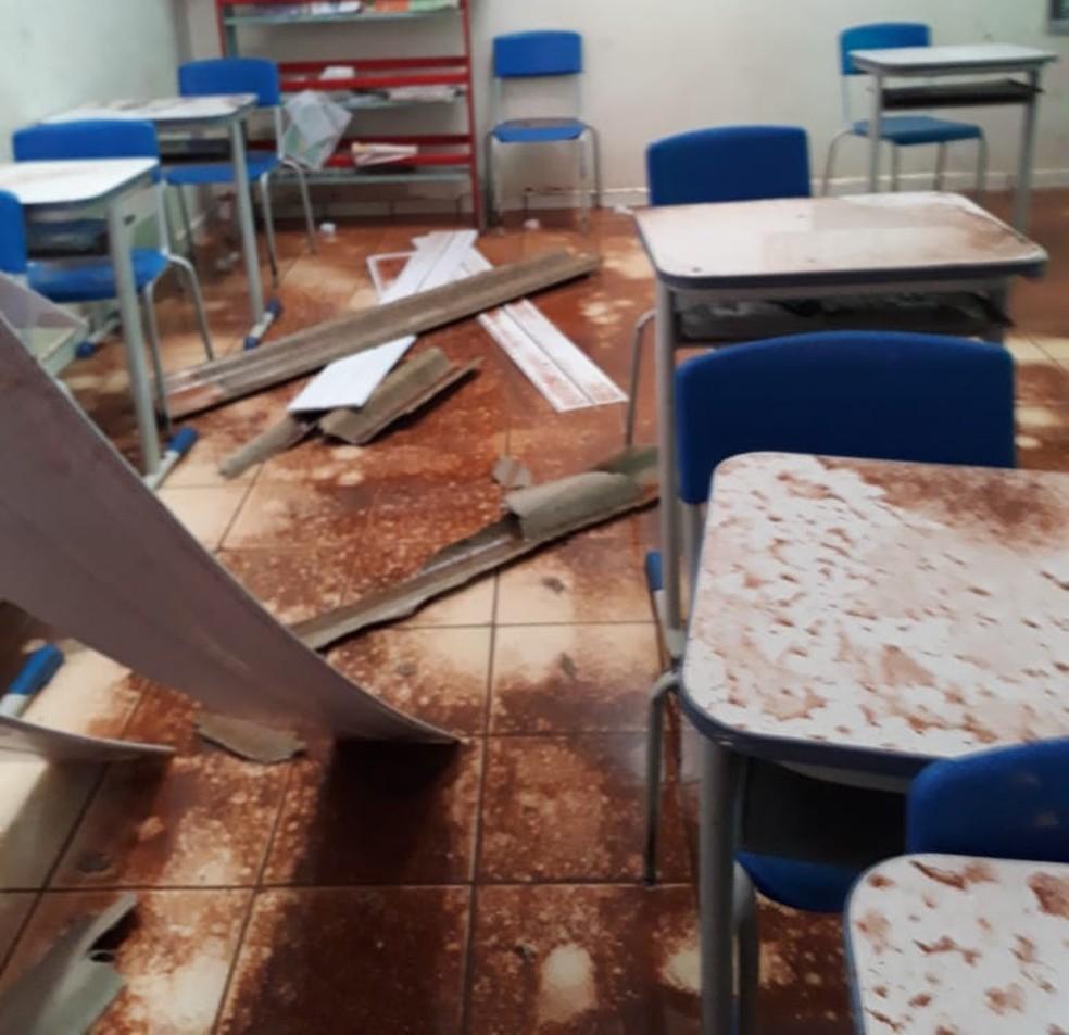 Alunos foram retirados de dentro das salas e levados para um pátio — Foto: Arquivo pessoal