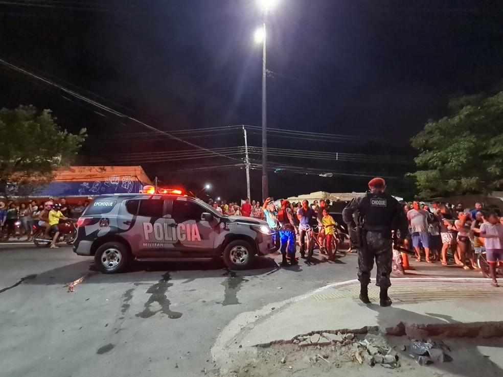 PM dispersou multidão de curiosos que se formou para acompanhar os bombeiros combatendo as chamas. — Foto: Rafaela Duarte/SVM