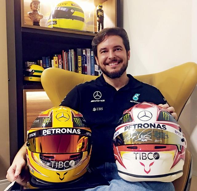 Raí Caldato desenhou o capacete de Lewis Hamilton em três temporadas — e o britânico foi campeão em todas (Foto: Arquivo pessoal)