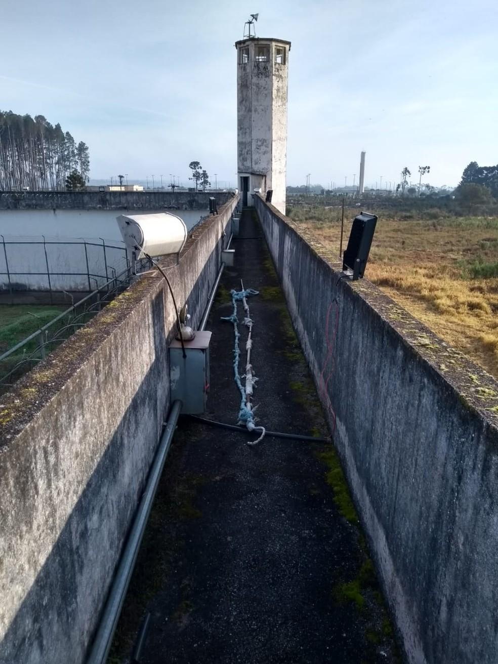 Imagens divulgadas pela Polícia Militar (PM) mostram que os presos usaram uma espécie de corda para passar pelos muros da penitenciária — Foto: PM/Divulgação