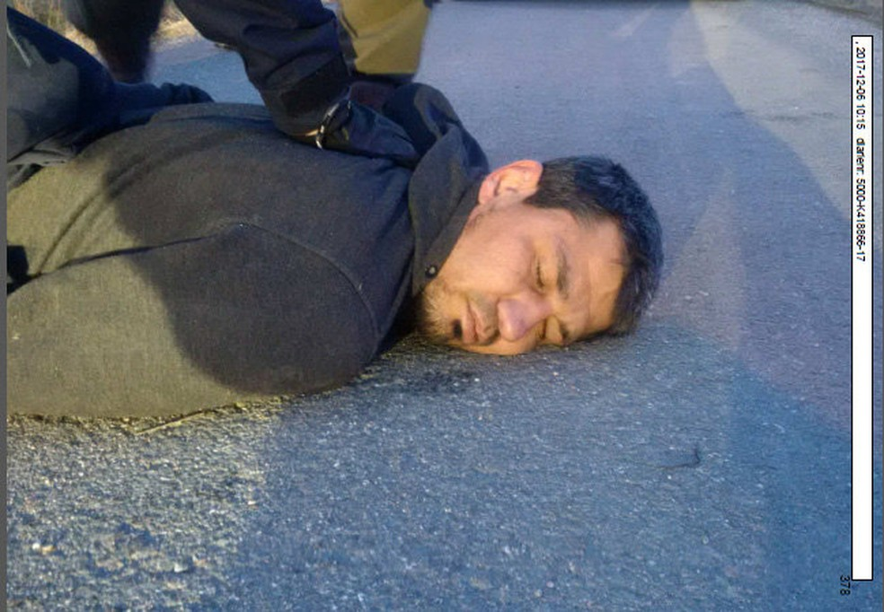 Rakhmat Akilov no momento em que foi preso após atentado com caminhão em Estocolmo (Foto: TT News Agency/Polícia sueca via Reuters)